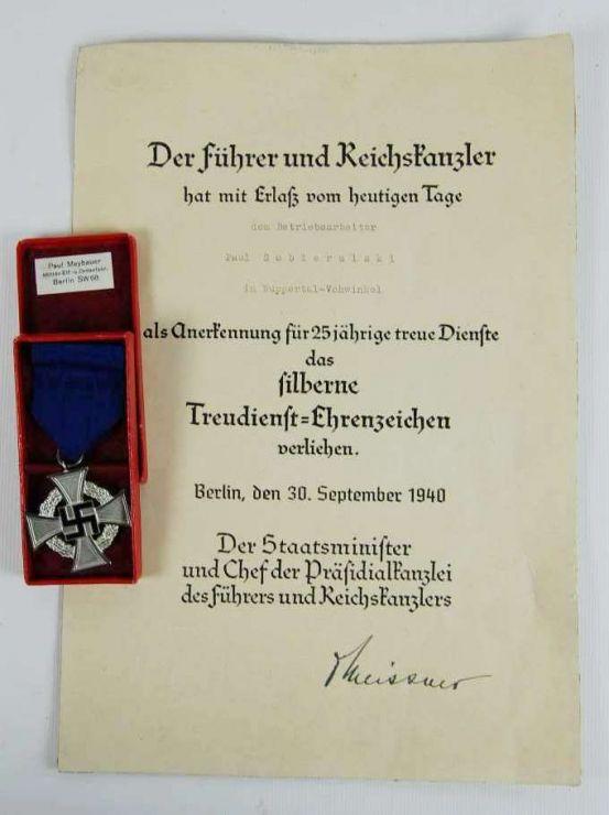 Concesión y Estuche con Medalla de 25 Años de Servicios Leales al Estado