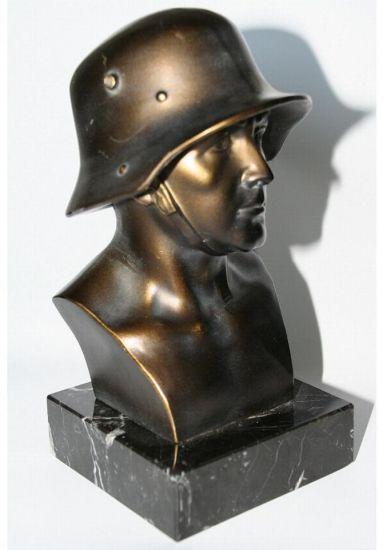 Busto de soldado aleman de bronce en peana de marmol.