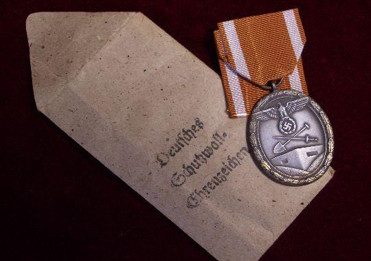 Medalla de la defensa del muro del Atlántico en su sobre de concesión..