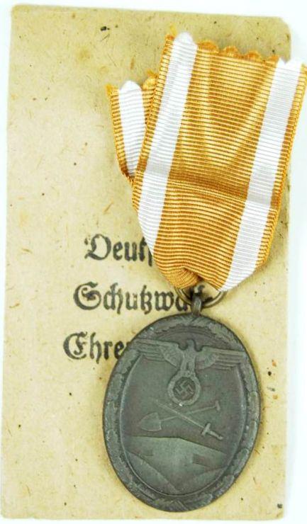 Medalla de la defensa del muro del Atlántico en su sobre de concesión.