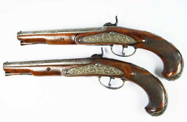 Pareja de Pistolas de Percusión Francesas con Motivos de Caza, Guarniciones en Plata