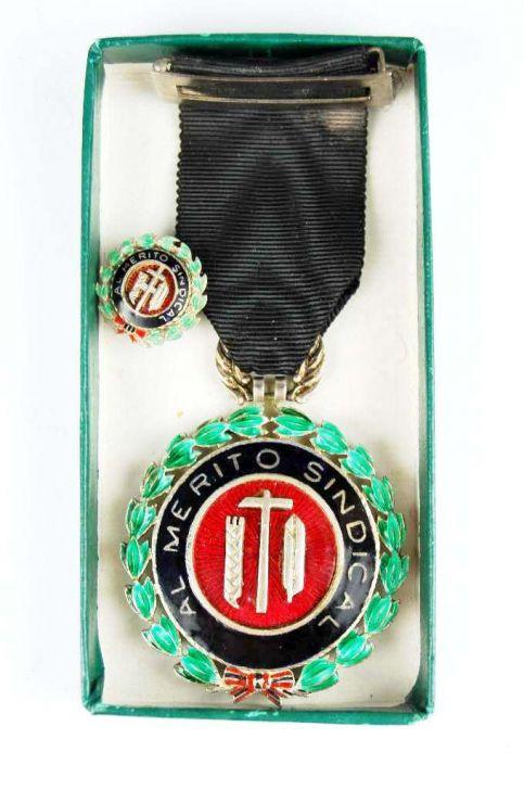 """Estuche con Medalla de Plata  al """"Merito Sindical"""" Distintivo Negro con su Miniatura"""