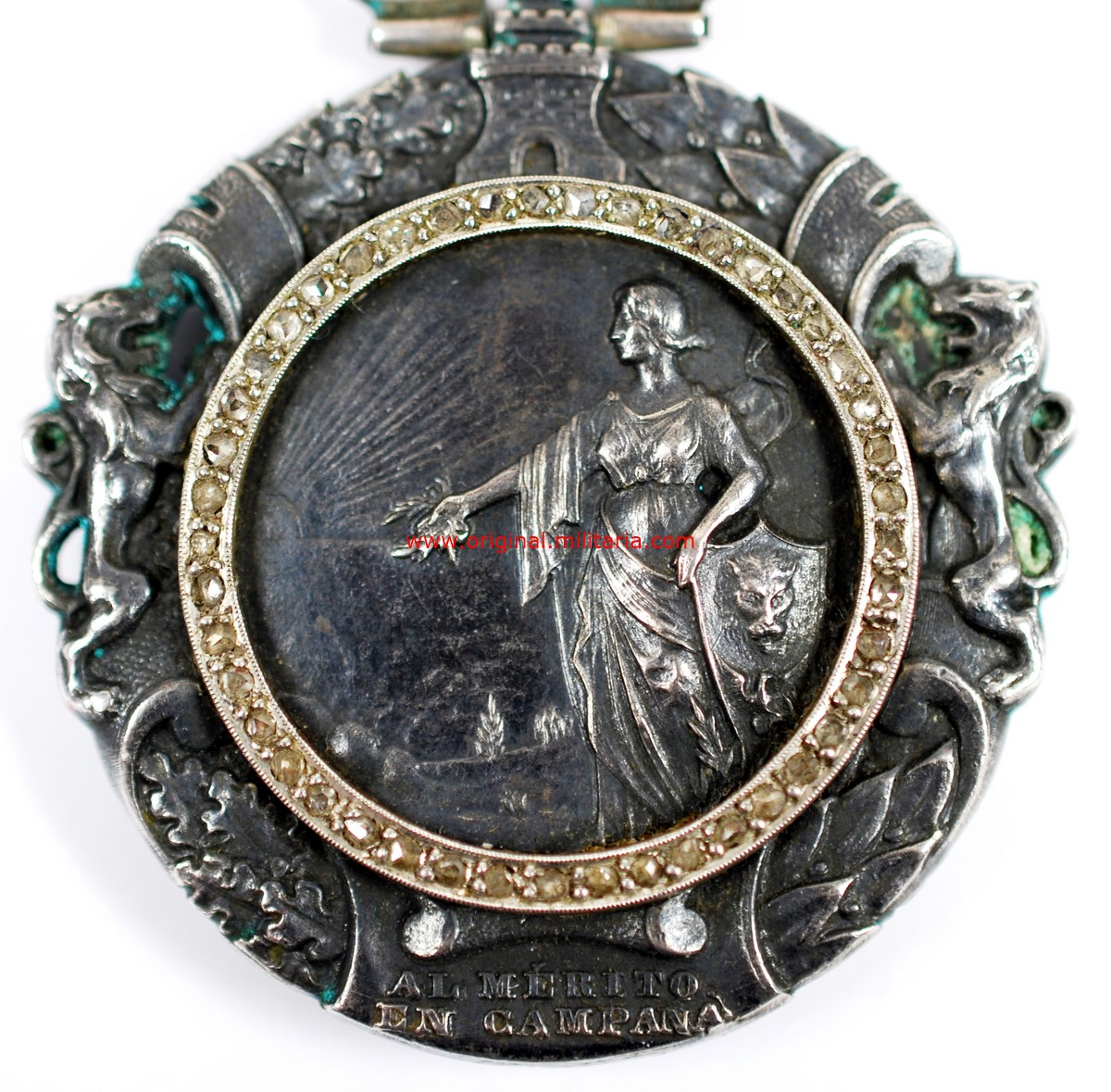 """Medalla Militar Individual del nuevo Estado Español (1938-1970). Plata, Brillantes y Oro, Manufactura """"CEJALVO""""."""
